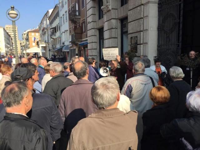 RIJEKA : Demonstranti pokušali provaliti u vijećnicu!