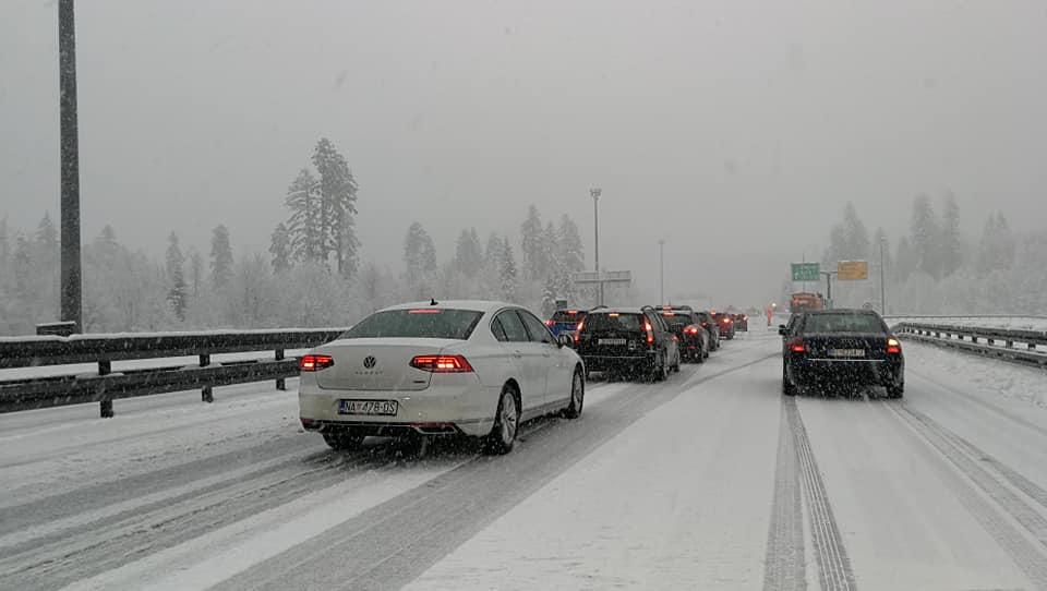 Bura i snijeg opet stvaraju velike probleme u prometu