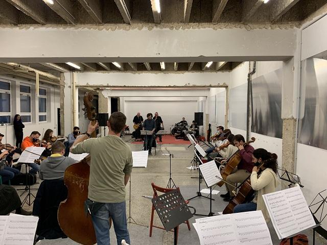 Grč i sekcija Riječkog simfonijskog orkestra u riječkoj ribarnici